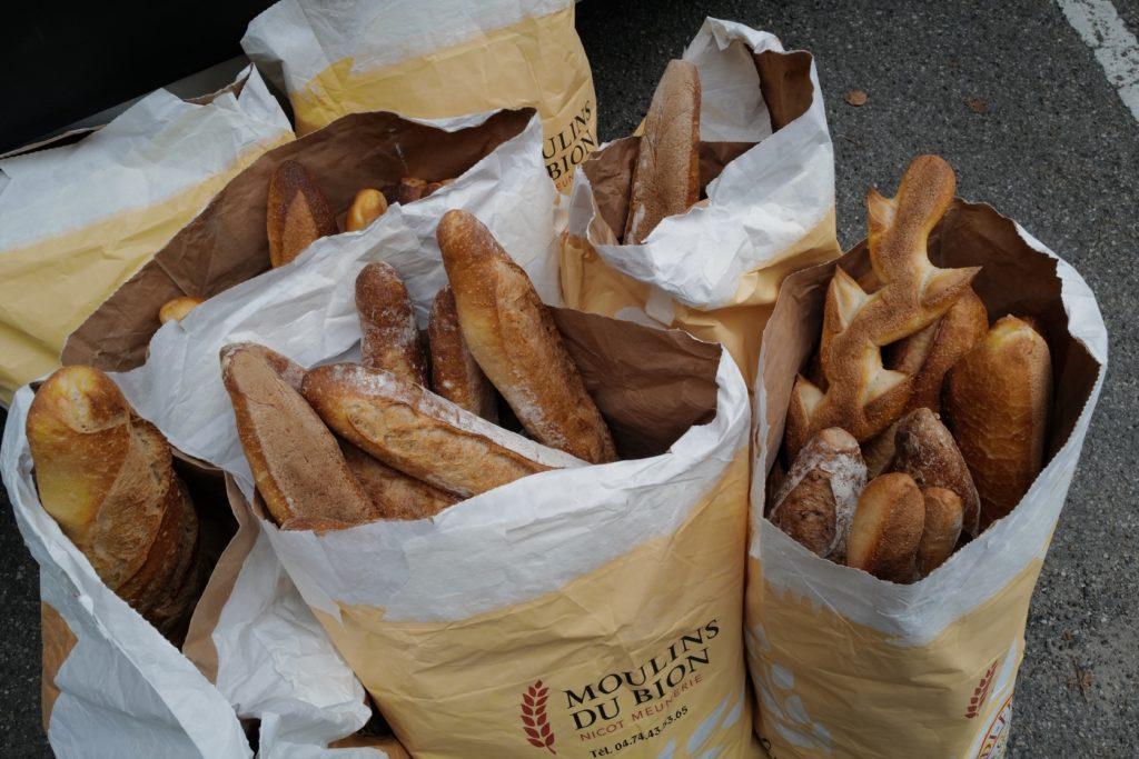 Tout ce pain, donné par les boulangeries, doit être coupé.